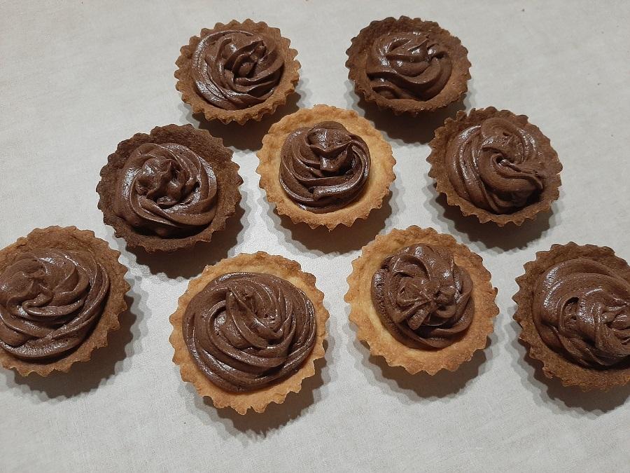 Kruche babeczki z kremem czekoladowo-wiśniowym