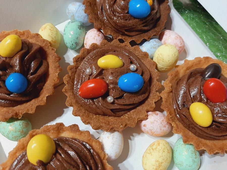 Kruche babeczki z kremem czekoladowo-wiśniowym na Wielkanoc