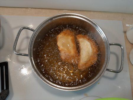 Mini czebureki z sosem czosnkowym