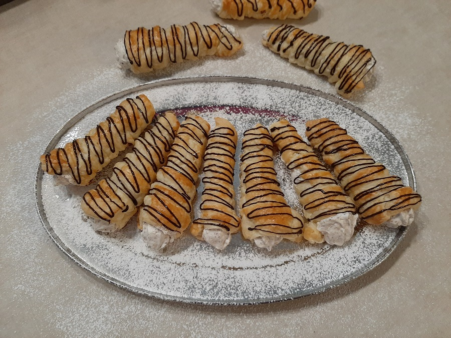 Rurki z ciasta francuskiego z kremem straciatella