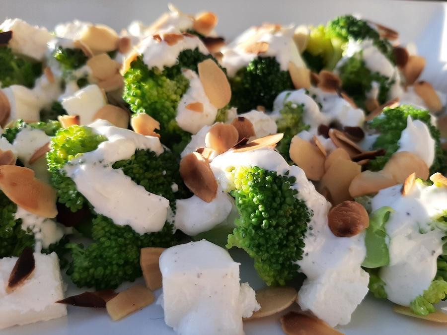 Sałatka z brokułem, fetą i prażonymi migdałami
