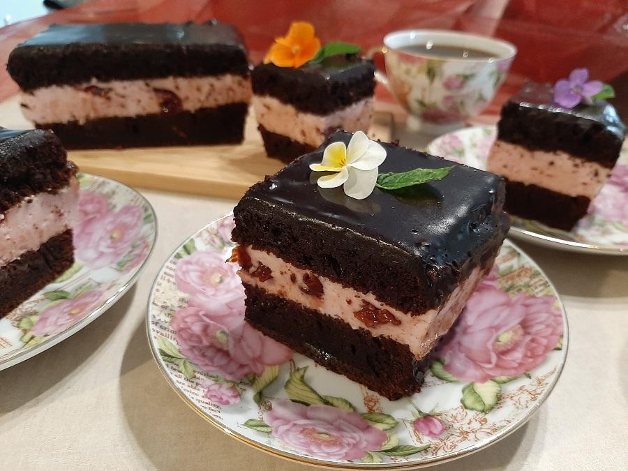 Czekoladowe ciasto z pianką waniliowo-wiśniową