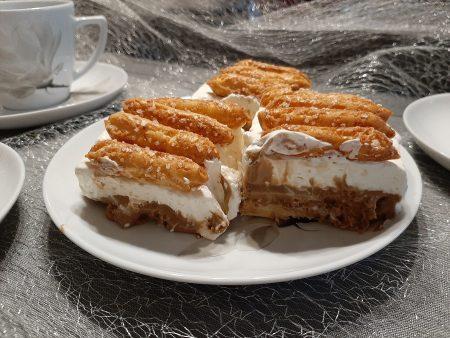 Kawowe ciasto ze słomką ptysiową