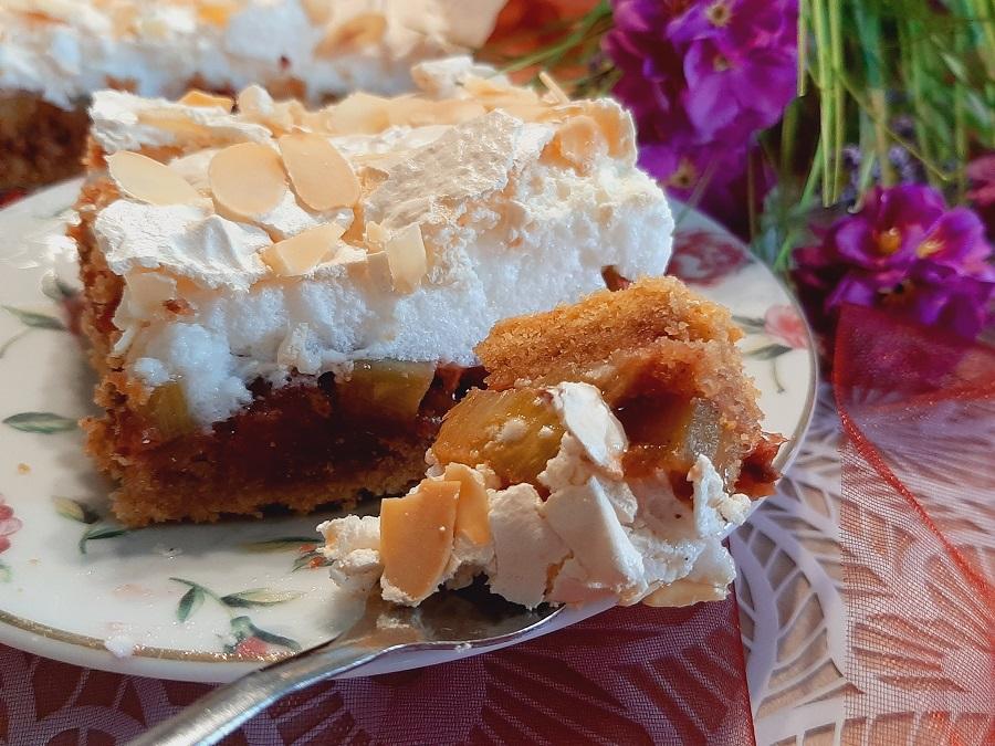 Kruche ciasto z rabarbarem, truskawkami pianką bezową