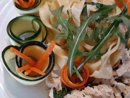 Makaron tagliatelle z kurczakiem i szpinakiem w sosie z mascarpone