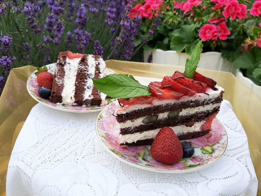 Kakaowy tort śmietanowy z truskawkami i borówkami