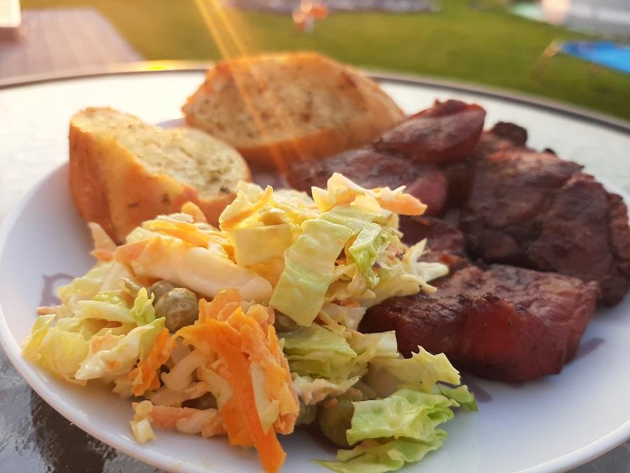 Sałatka z młodej kapusty – idealna na grilla