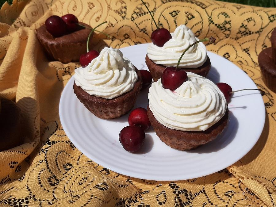 Jogurtowe babeczki z wiśniami lub czereśniami