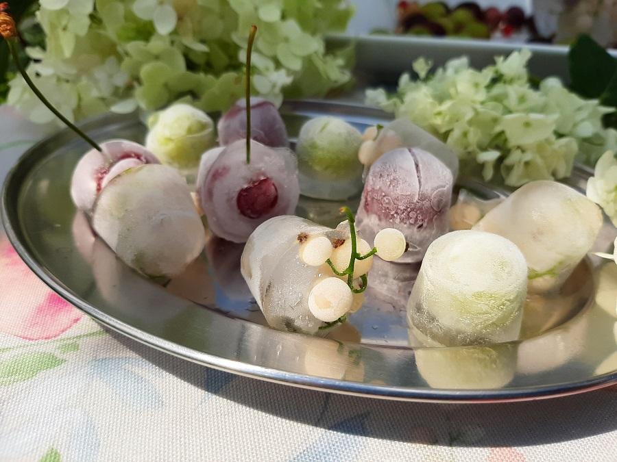 Efektowne kostki lodu z owocami