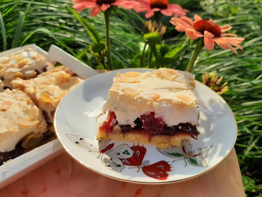 Kruche ciasto z agrestem i pianką bezową