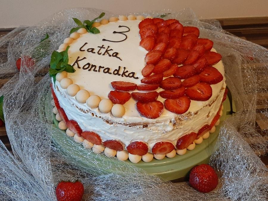 Tort śmietanowy z pianką i truskawkami
