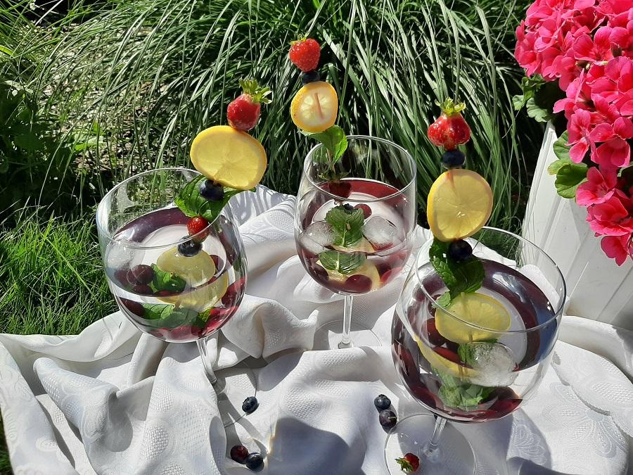 Woda smakowa z wiśniami i miętą