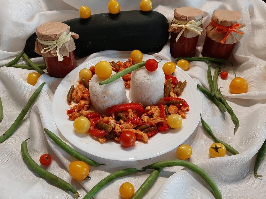 Kurczak z fasolką szparagową i ketchupem z cukinii