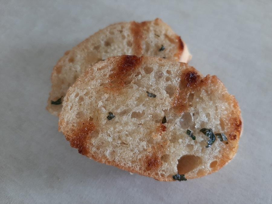 Grillowana bagietka z masełkiem czosnkowym