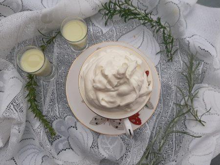 Krem pistacjowy z bitą śmietaną i likierem