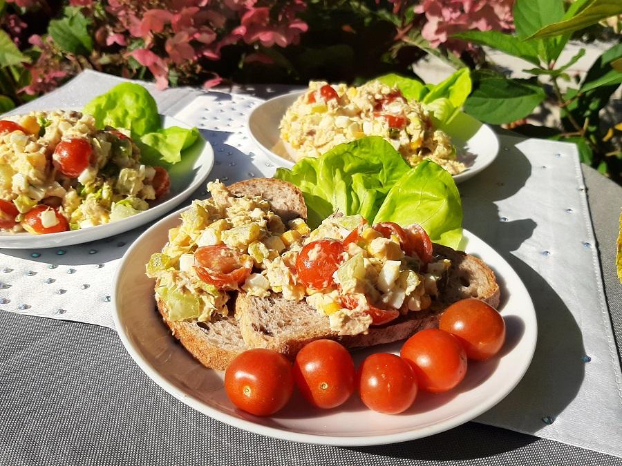 Sałatka z makreli z jajkiem i pomidorkami